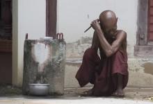 Myanmar - monnik die zich aan het scheren is